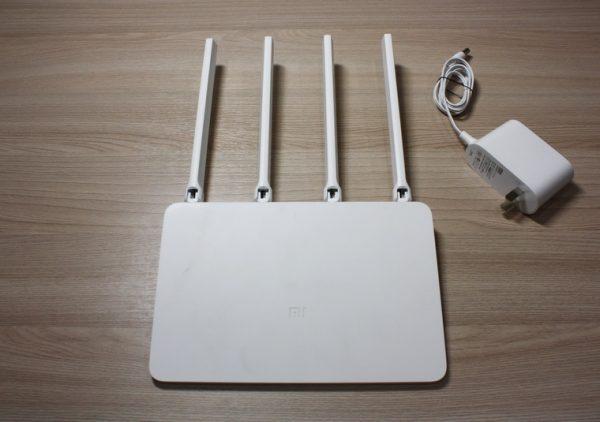 Xiaomi Router 3 и его адаптер питания