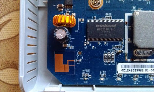 Внутреннее устройство роутера ZyXEL NBG334W EE