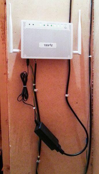 Роутер из комплекта LTE6101 с подключёнными кабелями