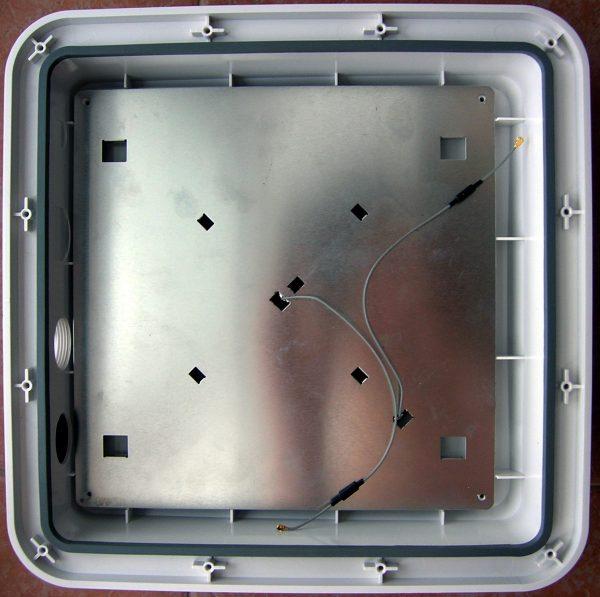 Радиокабели антенны MIMO, отделённые от платы защитным экраном