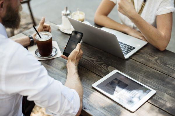 Бизнес-встреча с использованием электронной техники