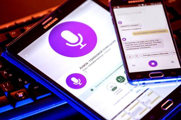 Телефон и планшет с активированным голосовым помощником