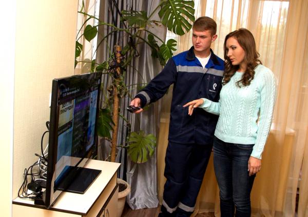 Мастер компании «Ростелеком» проверяет работу пульта