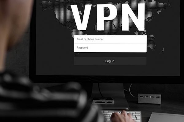 Монитор компьютера с надписью VPN