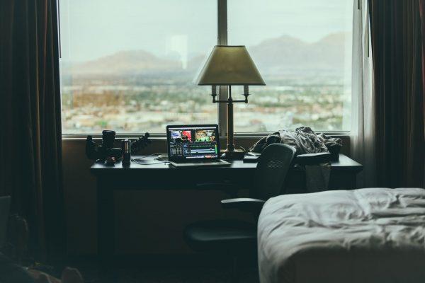 Компьютер возле окна