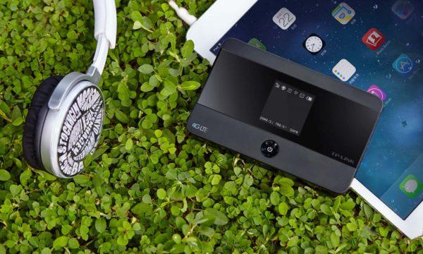 Мобильный роутер транслирует интернет на планшет при поездке за город