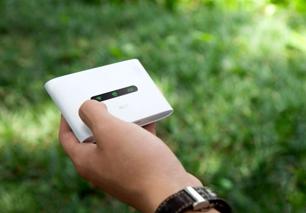 Портативный роутер TP-LINK M7300 помещается в руке