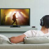 человек блютуз наушники смотрит телевизор