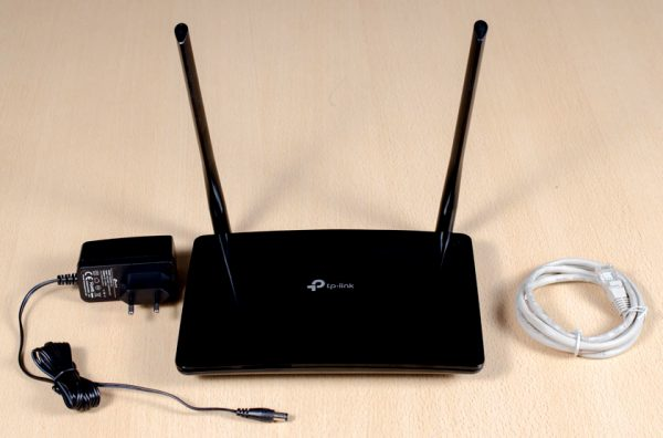 Модель роутера TL-MR6400 с адаптером и сетевым кабелем