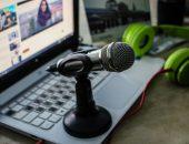 микрофон на рабочем столе ноутбук